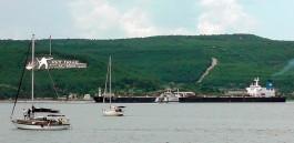 Çanakkale'nin Sembolü 'Dur Yolcu' Yazısı ve Boğazdan Geçen Gemiler