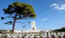 Kanlısırt Mevkiinde Şehitler Tepesi Üzerinde Bulunan Avustralya Anıtı Adını Tepedeki Tek Bir Çam Ağacından Alıyor