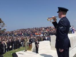 25 Nisan'da Lone Pine'de  (Avustralya Anıtı) Düzenlenen Törene Katılanlar
