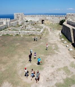 Bozcaada Kalesi'ni Gezen Turistler